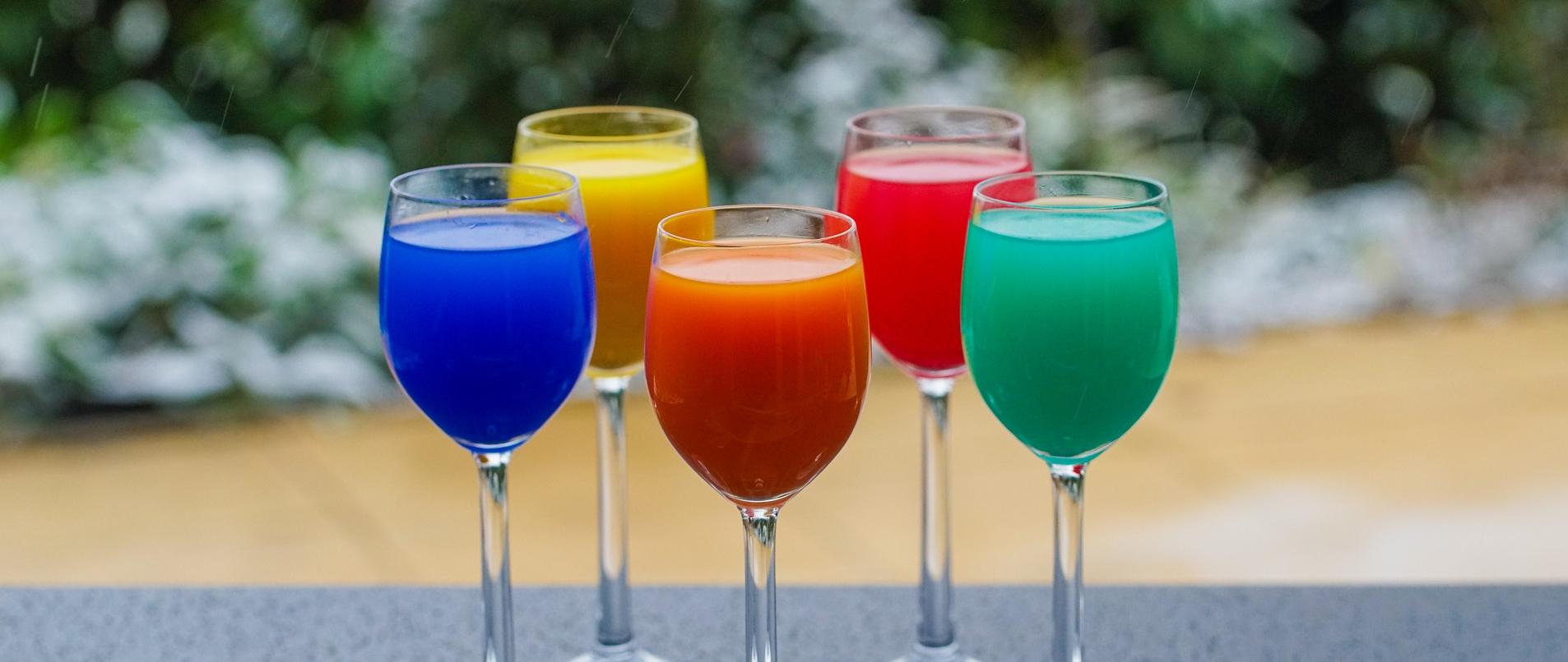 Gläser mit bunten Getränken - Anstoßen am Silversterabend