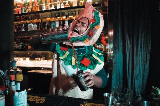 Barkeeper hat Spaß