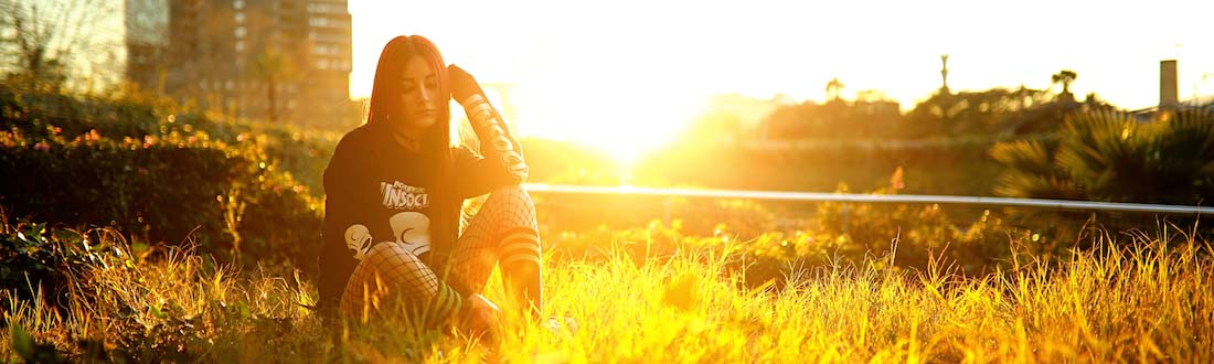 Junge Frau im Sonnenuntergang