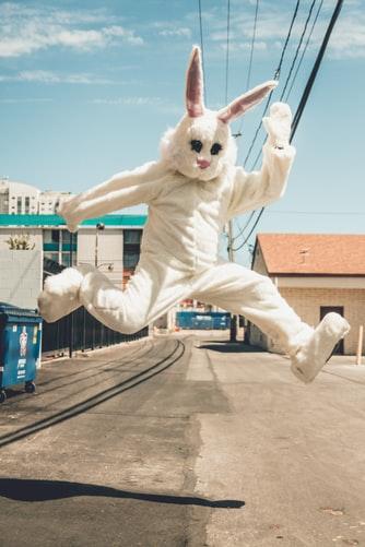 Person mit Hasenkostüm springt in die Luft | rabatte coupons