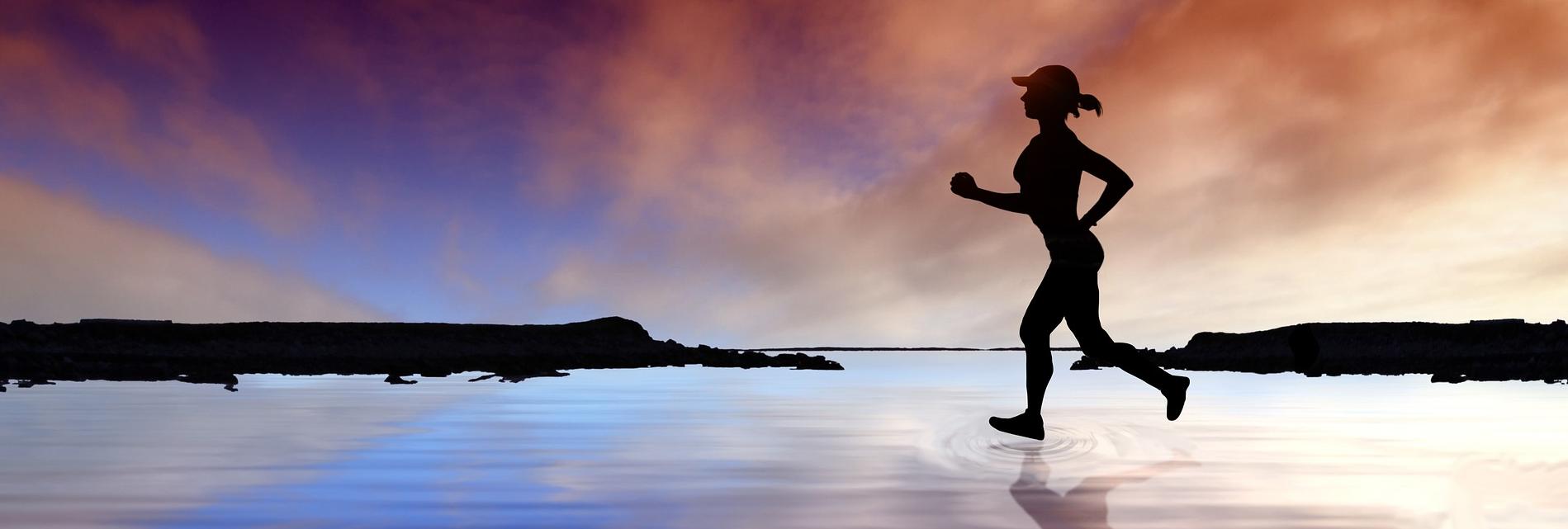 Läuferin vor blau-rotem Himmel