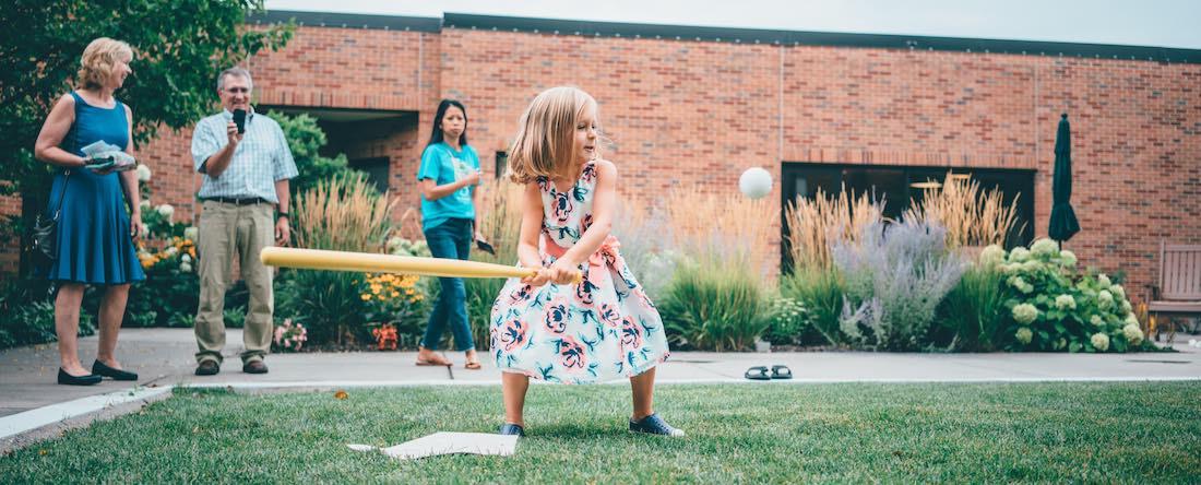 Mädchen spielt Baseball