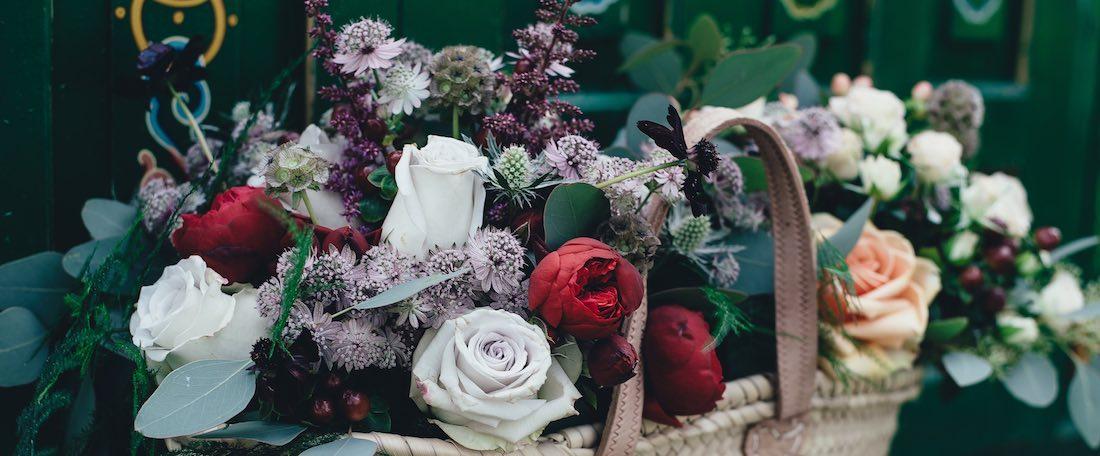 Ein Korb mit Blumen