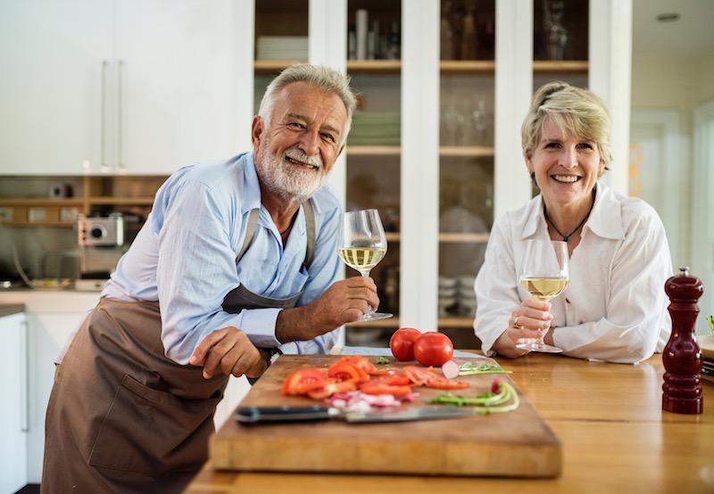 Senioren trinken Wein Rabatte Coupons