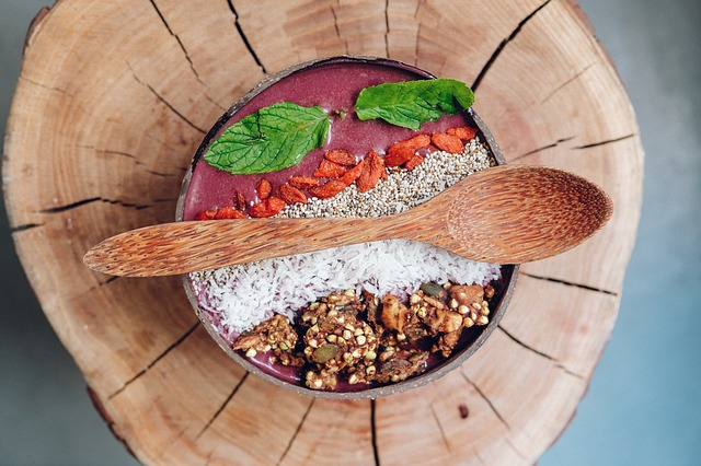 Eine Smoothie-Bowl mit Bambuslöffel | Rabattcoupons
