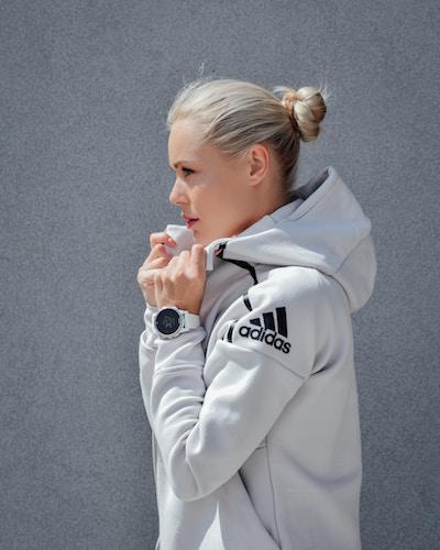 Eine Blondine im sportlichen Adidas-Outfit   Lodenfrey Gutschein