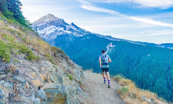 Ein Mann joggt im Gebirge | Rabatte Coupons