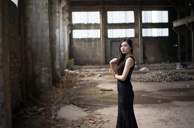 Eine junge Frau in einem Hobble Skirt | Lodenfrey Gutschein