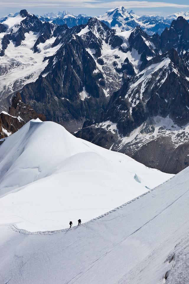 2 Bergsteiger beim Aufstieg | Hugendubel Gutschein
