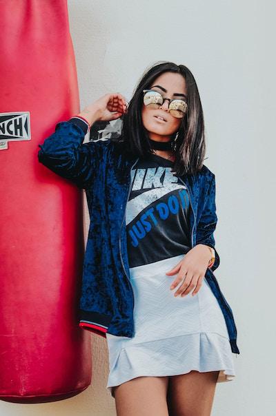 Eine Südländerin im sportlichen Outfit   Lodenfrey Gutschein