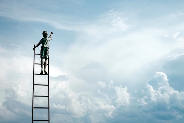 Ein Junge greift nach den Wolken | Rabatt Coupon