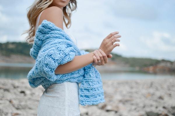 Eine junge Dame mit einem Pullover | Sieh an Gutschein