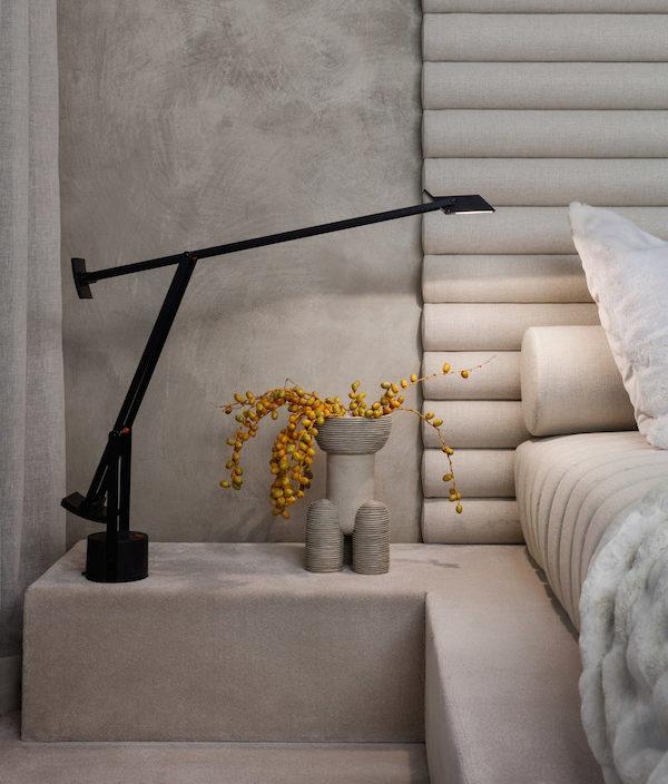 Eine schwarze Designerlampe in Grauem Schlafzimmer | Rabatt Coupon