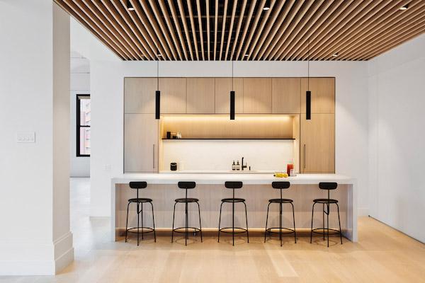Eine helle Küche mit indirekte Beleuchtung | Rabatt-Coupon