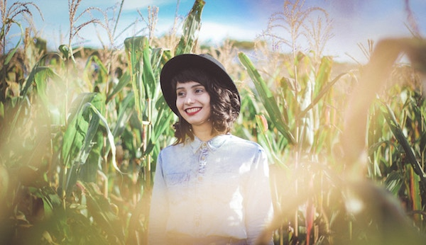 Eine Frau in einem Maisfeld | Rabattcoupons