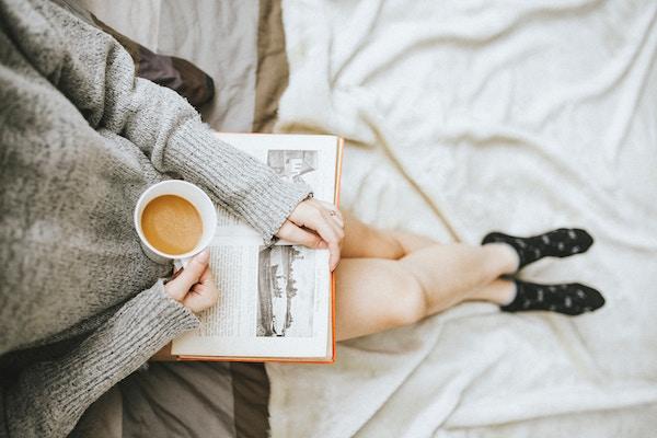 Eine Dame liest ein Buch   Geliebtes Zuhause Gutschein