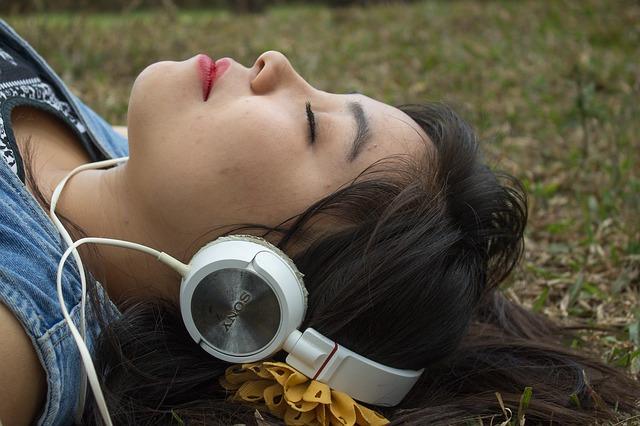 Eine Frau mit Kopfhörern | Kiddinx Gutscheincode