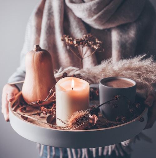 Ein Tablett mit Kerze und Kakao   Geliebtes Zuhause Gutschein