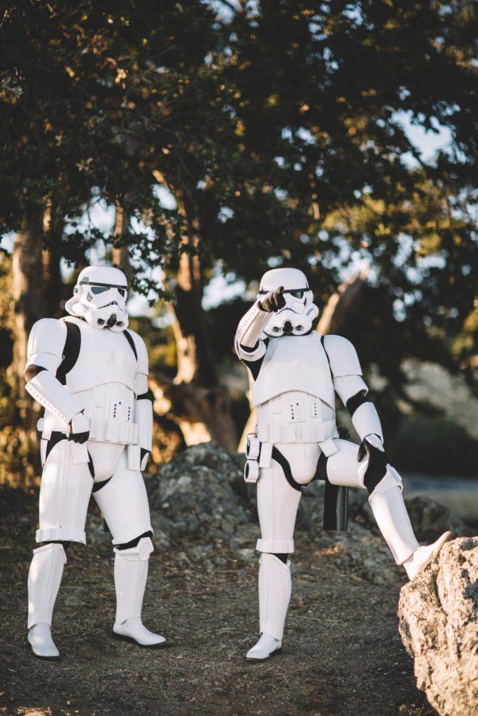 Zwei Menschen in einem Stormtrooper Kostüm | Rabatte Coupon
