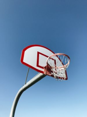 Ein Basketballkorb unter klaren blauen Himmel | Rabatte Coupons
