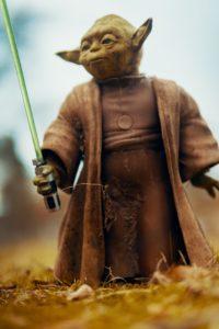 Figur Yoda von Star Wars mit einem Lichtschwert | Rabatte Coupons