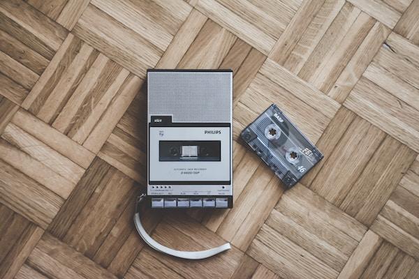 Eine Musikkassette nebst Abspielgerät | Kiddinx Gutscheincode