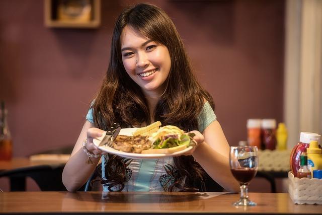 Eine junge Dame im Restaurant | Rabatte Coupons