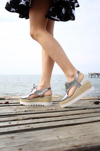 Silberfarbene Sandalen mit einer dicken Sohle | Rabattcoupons