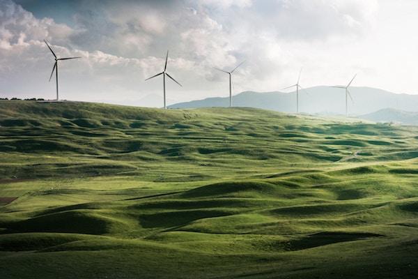 Viele Windräder auf einem grünen Hügel   Rabatt-Coupon