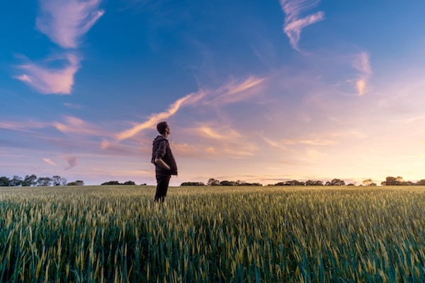Ein junger Mann auf einem Feld | Rabatte coupons