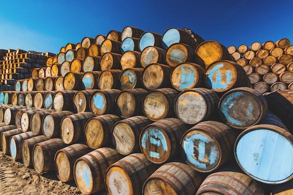 Mehrere Fässer mit Whiskey   Rabattcoupons