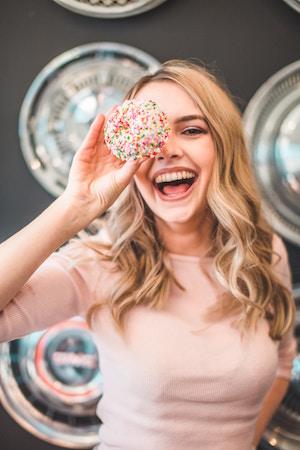Eine junge Dame und ein Donut | Rabattcoupons