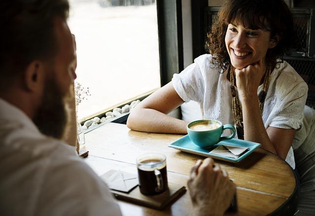 Eine junge Dame sitzt im Restaurant | Rabatte Coupons