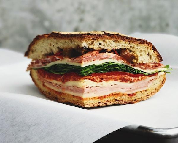 Ein Muffuletta-Sandwich in der Nahaufnahme   Rabatte Coupons