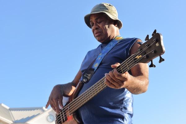 Ein Mann mit seinem Musikinstrument   Rabatte Coupons