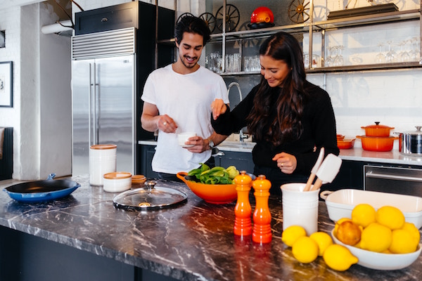 Zwei junge Menschen beim Kochen | Rabatt-Coupon