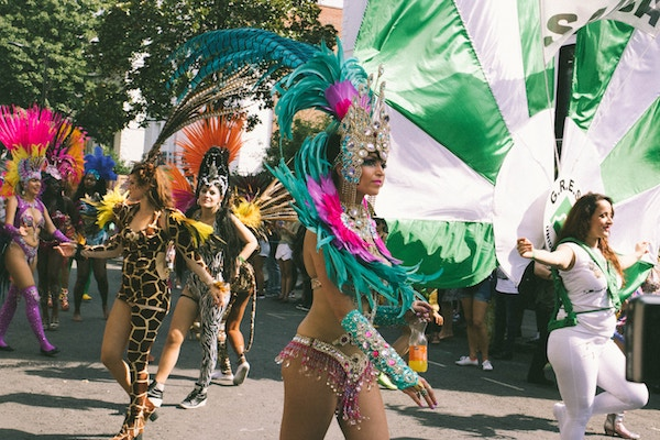 Bunt verkleidete Damen zu Mardi Gras   Rabatte Coupons