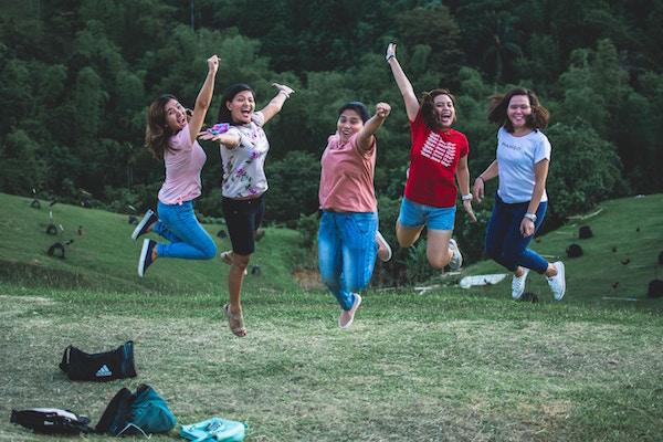 Fünf Freundinnen hüpfen vor Freude | Rabatte Coupons