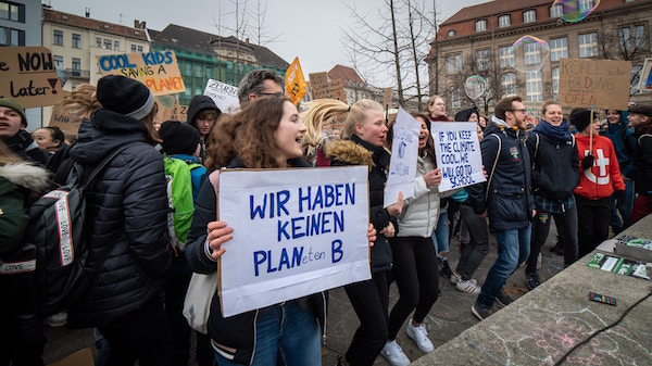 Leidenschaftliche Jugendliche bei einer Demonstration   Rabatt-Coupon