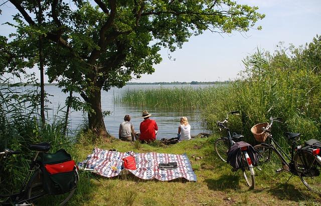 Ein Trio picknickt am Fluss | Rabatte Coupons