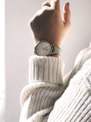 Eine Armbanduhr am Handgelenk einer Frau | Rabatt-Coupon