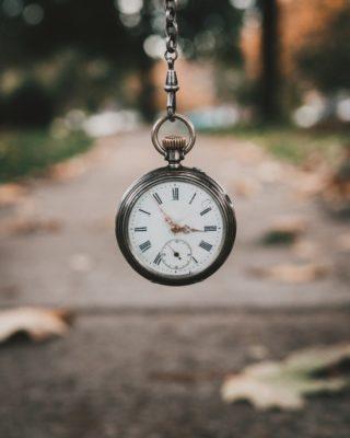 Eine Taschenuhr die gehalten wird | Rabatte-Coupons