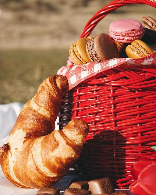 Ein roter Picknick-Korb mit Gebäck | Rabatte Coupons
