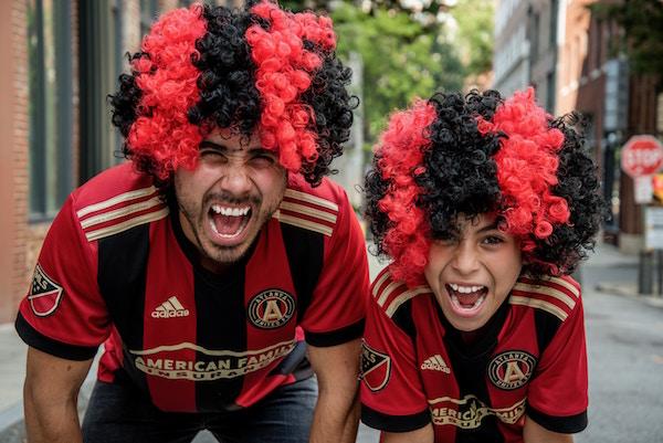 Zwei Fußballfans vor dem Spiel | Rabatte Coupons