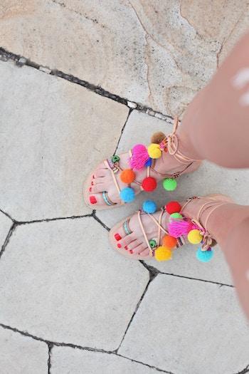 Damenfüße mit bunten Sandalen | rabattcoupons