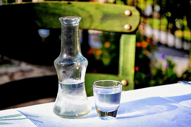 Ein Wodka nebst Karaffe in der Sonne | Rabatte Coupons