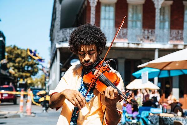 Ein Mann mit Fiddle   Rabatte Coupons