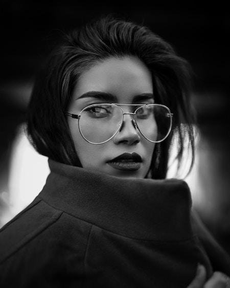 Ein schwarzweiß Bild von einer Frau mit klassischer Pilotenbrille | Lensbest Gutschein