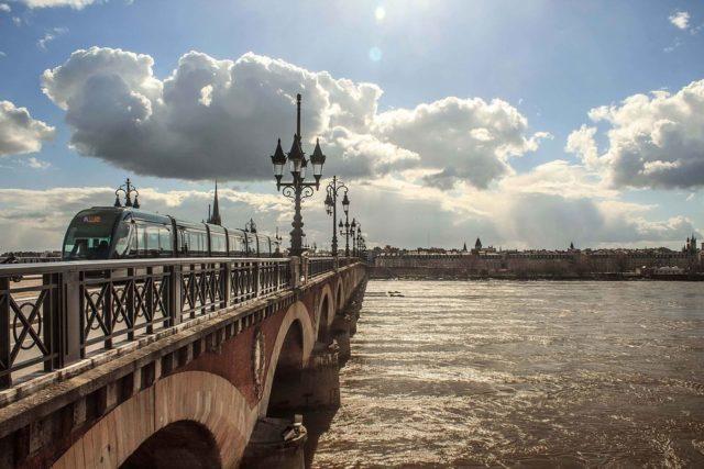Eine Brücke und ein Fluß in Bordeaux | Rabatte Coupon