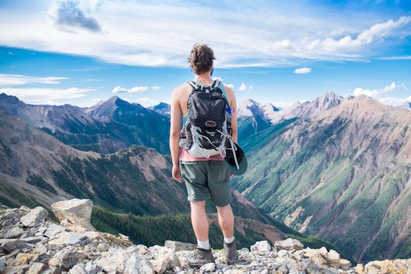 Ein Wanderer schaut auf die Landschaft | Blue tomato Gutschein